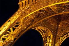 Base del arco de la torre Eiffel en la noche Foto de archivo libre de regalías