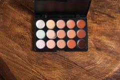 Base del maquillaje Lápiz corrector y correctores de la paleta foto de archivo