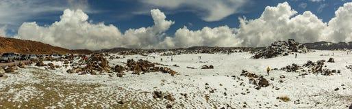 Base del volcán Teide Valle de la lava con los puntos blancos de la nieve, cubierto en parte por las nubes hermosas Cielo azul br imagenes de archivo