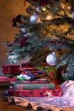Base dell'albero di Natale con i regali Fotografie Stock Libere da Diritti