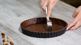 Base della pasta sfoglia della puntura con la forcella Produrre dessert Alimento casalingo stock footage