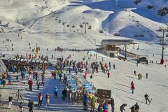 Base dello sci sulle alpi del Tirolo nel giorno soleggiato di dicembre Fotografie Stock Libere da Diritti