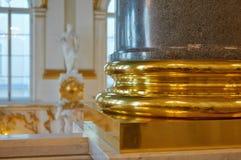 Base dorada de una columna del granito fotografía de archivo libre de regalías