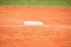 Base en campo de béisbol imagenes de archivo