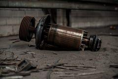 Base enorme del motor eléctrico en ruinas industriales foto de archivo libre de regalías