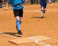 base flicka som kör s-softball till royaltyfri fotografi