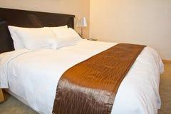 Base graduata re in una stanza dell'albergo di lusso immagini stock