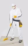 Base limpa do cimento do trabalhador com vassoura Foto de Stock