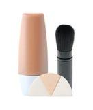 Base liquide de maquillage dans le tube, la brosse et les éponges Photographie stock libre de droits