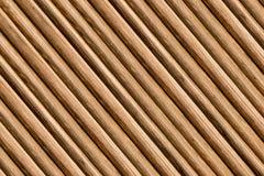 Base marrón clara del canto del modelo de madera paralelo fino del pino de los registros de la base de madera del fondo que se in imagen de archivo libre de regalías