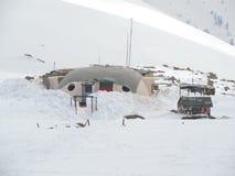 Base militar em montanhas folheadas da neve fotos de stock