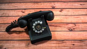 Base nera d'annata e microtelefono del telefono fotografia stock