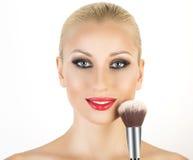 Base para a composição perfeita de Make-up Aplicando a composição Imagens de Stock