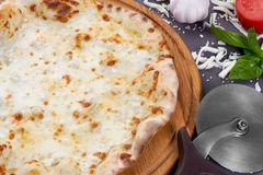 Base para la pizza en un tablero de madera con el cortador de la pizza Imagen de archivo