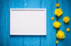Base para una bandera con las flores y las hojas naturales Cap?tulo para el texto con las flores y las hojas foto de archivo libre de regalías