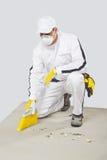 Base pulita del cemento dell'operaio con la spazzolare-scopa Immagine Stock