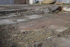 base ruinée d'un vieux bâtiment, les murs du sous-sol d'un bâtiment démoli et débris photo stock