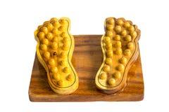 Base a stecche di legno per il massaggio del piede isolata su backgroun bianco immagini stock