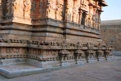 Base y paredes adornadas, capilla de Deivanayaki Amman, adyacente al templo de Airavatesvara, Darasuram, Tamil Nadu Visión desde  Fotos de archivo libres de regalías