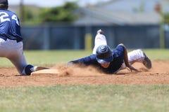 Baseball-Aktions-Bild - gehen Sie schieben zuerst in Basis voran Lizenzfreie Stockfotos