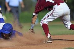 Baseball-Aktions-Bild - gehen Sie schieben zuerst in Basis voran Stockfoto