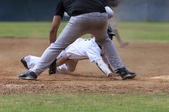 Baseball-Aktions-Bild - gehen Sie schieben zuerst in Basis voran Stockfotos