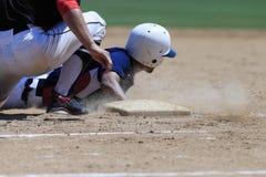 Baseball-Aktions-Bild - gehen Sie schieben zuerst in Basis voran Stockfotografie