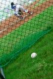 Baseball außerhalb eines Baseballfeldes mit Fänger am Hintergrund Lizenzfreies Stockbild