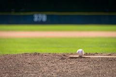 Baseball auf dem Hügel des Werfers - Telefoto lizenzfreies stockfoto