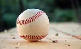 Baseball auf der Bank Lizenzfreies Stockbild