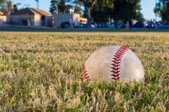 Baseball auf einem Gebiet bei Sonnenuntergang Stockbilder