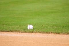 Baseball auf Feld Stockfotografie