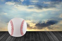 Baseball auf Holz mit Himmelhintergrund Stockfotografie