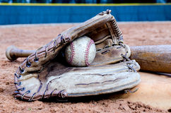 Baseball-Ausrüstung auf Feld Stockfotos