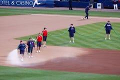 Baseball - Boden-Besatzung, die das Feld wässert stockbilder
