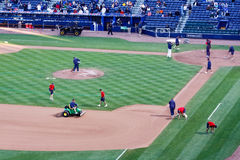 Baseball - Boden-Besatzung-vor Spiel-Vorbereitung lizenzfreies stockfoto
