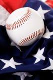 Baseball: Bollsammanträde på amerikanska flaggan Royaltyfri Foto