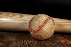 Baseball d'annata con il pipistrello di legno Fotografia Stock