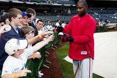 Baseball di sign dei ventilatori del Ryan Howard Fotografia Stock