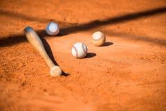 Baseball e blocco sulla zolla domestica Fotografia Stock