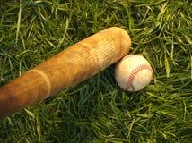 Baseball e pipistrello su erba Fotografie Stock Libere da Diritti