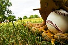 Baseball e vecchio guanto di baseball Fotografia Stock Libera da Diritti