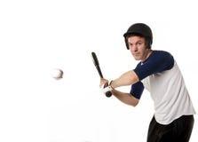 Baseball- eller softballspelare som slår en boll Royaltyfri Fotografi