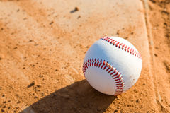 Baseball Homeplate mit Baseball auf ihm Lizenzfreie Stockfotos