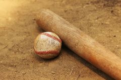 Baseball i nietoperz kłaść w brudzie Fotografia Stock