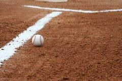 Baseball im Innenfeld Stockfotografie