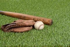 Baseball med handsken och slagträet Royaltyfria Bilder
