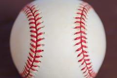 Baseball mit dem roten Nähen für Hintergrund Stockfotografie