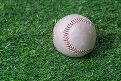 Baseball na zielonym gazonie Obraz Royalty Free
