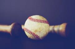 Baseball och slagträn arkivfoto